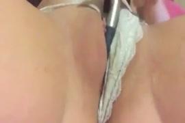 Baixar homem colocando dedo na vagina da mulher