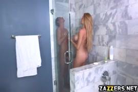 Filho espionando sua mae no banheiro e fodi elq