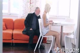 Baixa gratis vídeo simples de mulher chutando a buceta da amiga