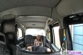 Video de mulher esfregando buceta na cara de outra a força